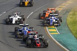 Kevin Magnussen, Haas F1 Team VF-17, devant Marcus Ericsson, Sauber C36, Antonio Giovinazzi, Sauber C36, Stoffel Vandoorne, McLaren MCL32, Lance Stroll, Williams FW40, et Jolyon Palmer, Renault Sport F1 Team RS17, au départ