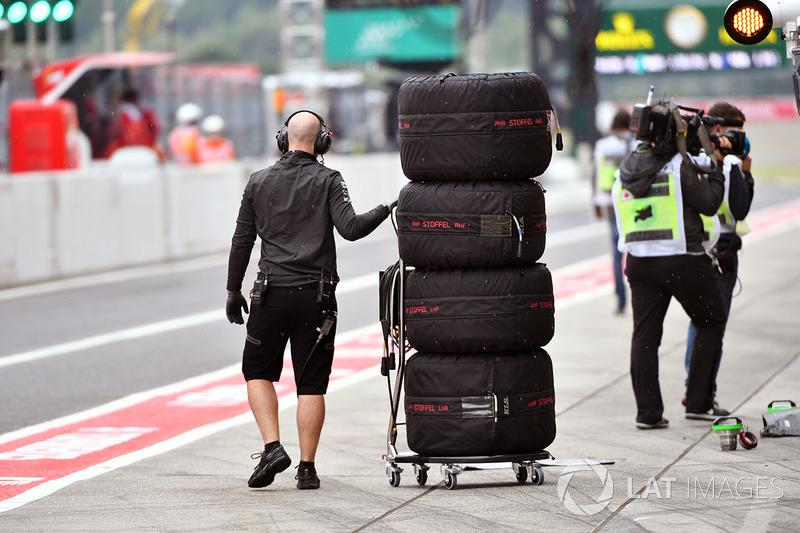 Mecánico de McLaren con neumáticos Pirelli