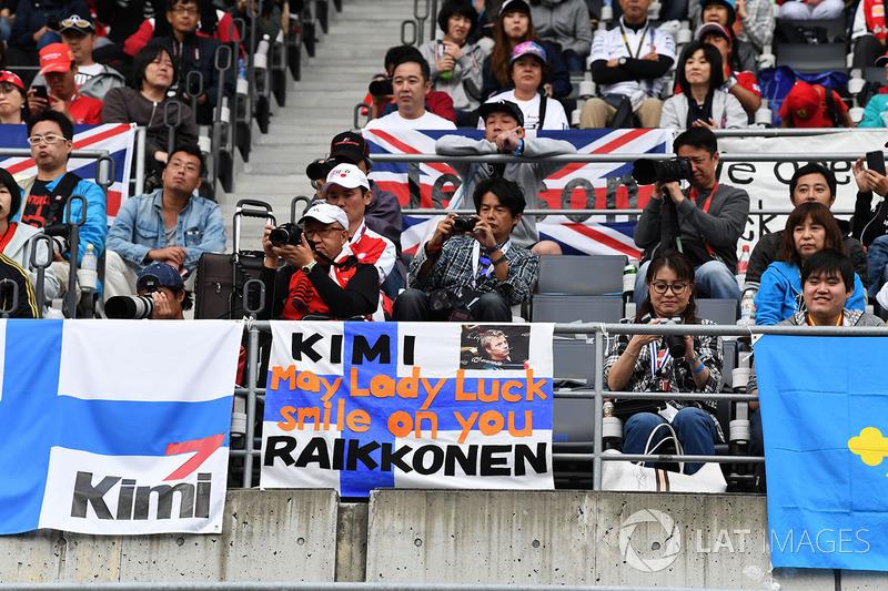 Fans and Kimi Raikkonen, Ferrari banners