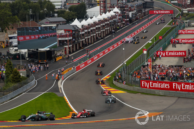 Lewis Hamilton, Mercedes-Benz F1 W08 líder al inicio mientras Esteban Ocon, Sahara Force India VJM