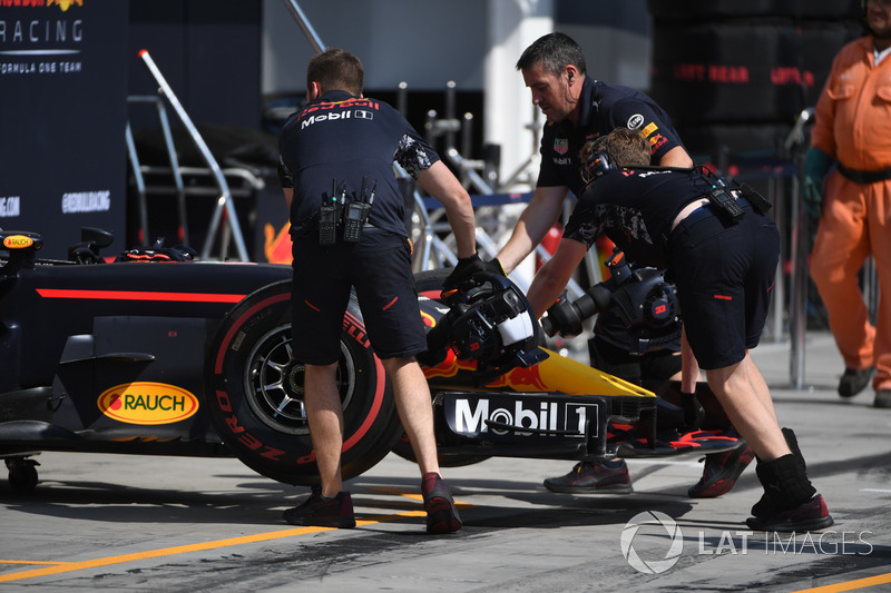 Механіки штовхають Red Bull Racing RB13 у бокси