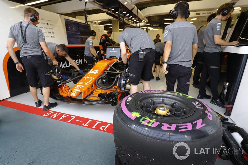 Neumáticos listos para Fernando Alonso, McLaren MCL32, fuera del garaje de McLaren