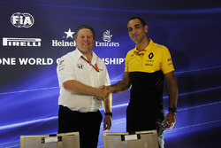 Zak Brown, McLaren Executive Director en Cyril Abiteboul, Renault Sport F1 Managing Director in de persconferentie