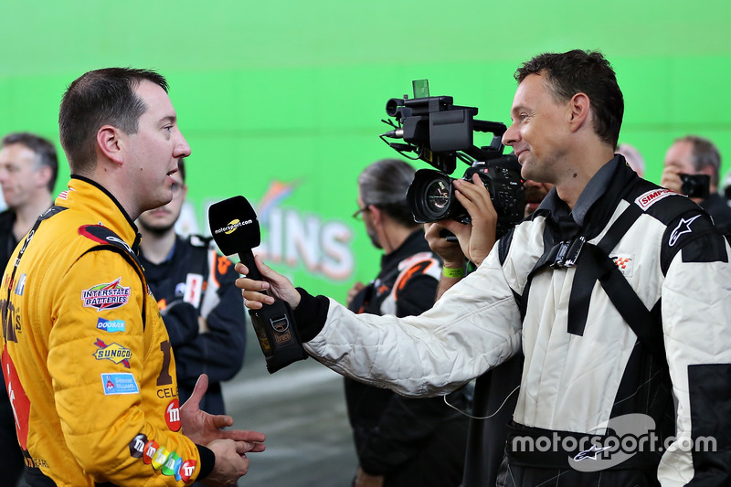 Kyle Busch habla con el editor en jefe de Motorsport.com Charles Bradley