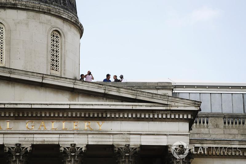 Фани спостерігають за шоу з даху Національної галереї