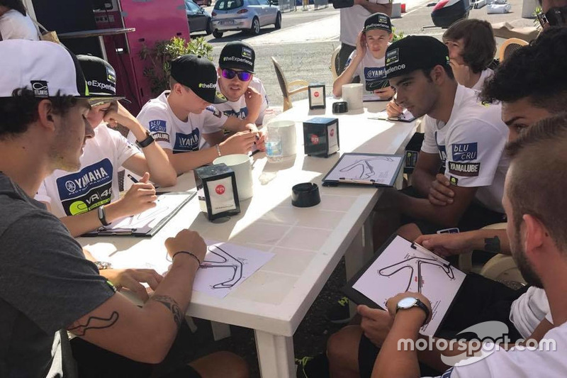 Франческо Багная та учасники четвертого Yamaha VR46 Master Camp на Автодромі Мізано перед тренуваннями