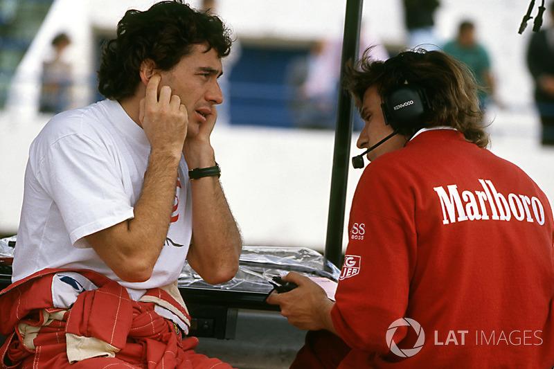 Ayrton Senna después de probar un McLaren MP4/8 equipado con un motor de Chrysler/Lamborghini V12