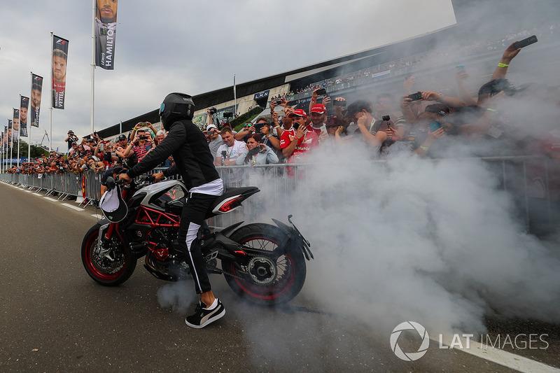 Льюіс Хемілтон, Mercedes AMG F1, на своєму байку MV Agusta Dragster RR LH44 Limited Edition робить бернаут перед уболівальниками