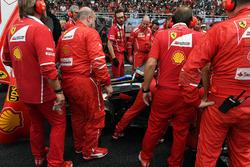 I meccanici Ferrari osservano la monoposto di Kimi Raikkonen, Ferrari SF70-H con problemi al Turbo