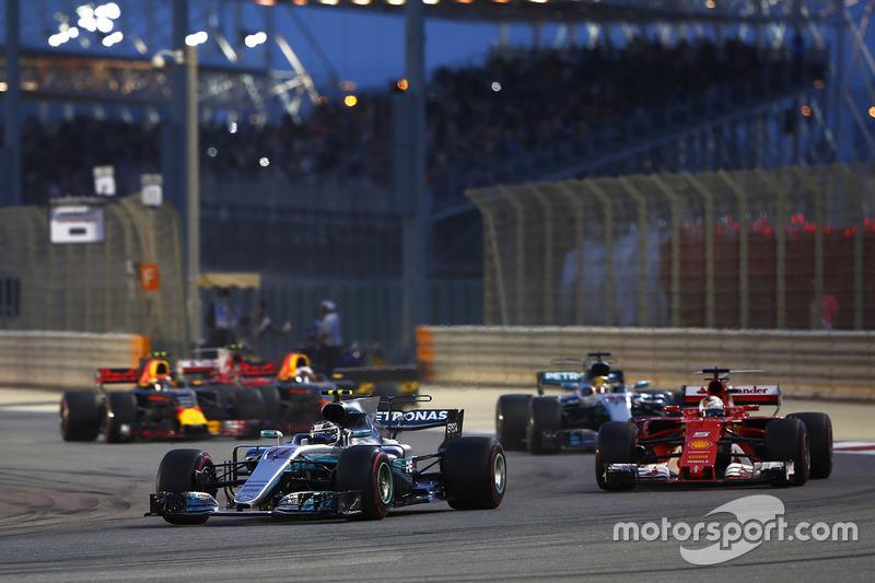 Valtteri Bottas, Mercedes AMG F1 W08 leads at the start