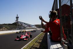 Le vainqueur Charles Leclerc, PREMA Racing franchit le drapeau à damier et remporte le titre