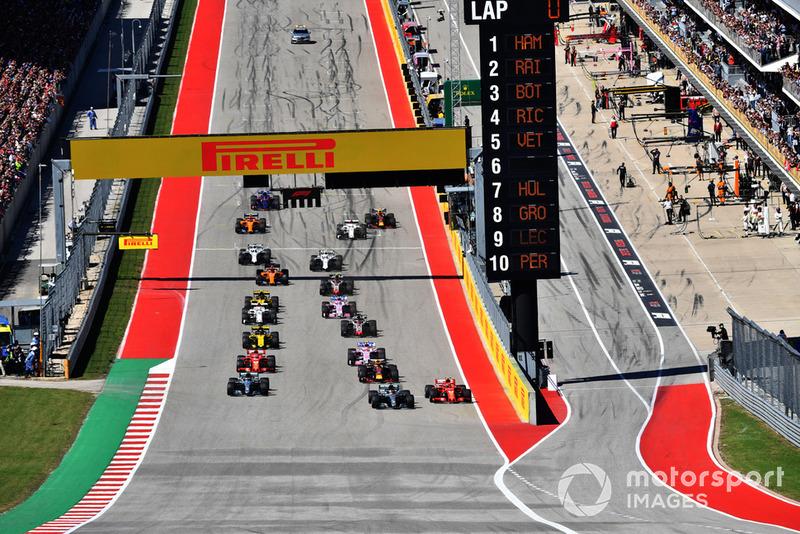 Kimi Raikkonen, Ferrari SF71H, Lewis Hamilton, Mercedes-AMG F1 W09 bertarung selepas start