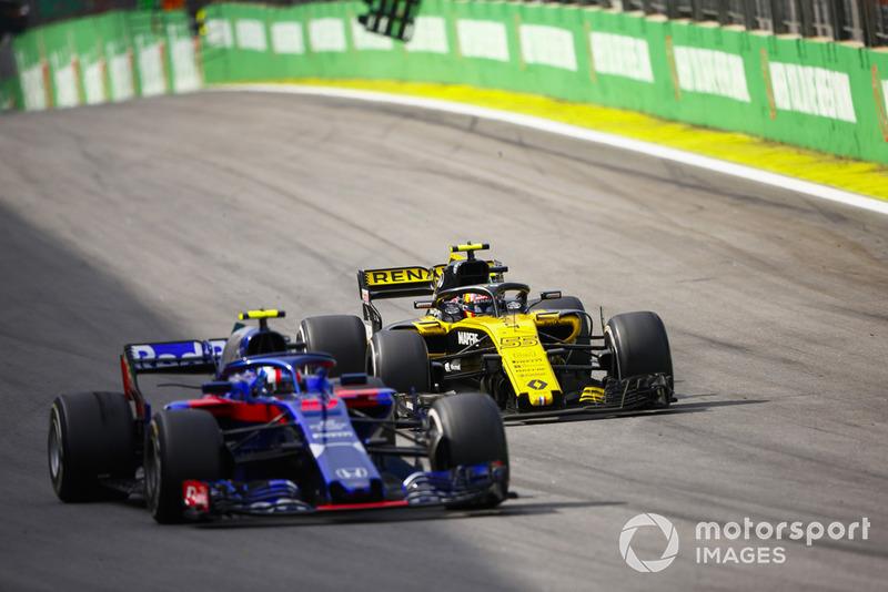 Карлос Сайнс-мол., Renault Sport F1 Team R.S. 18, та П'єр Гаслі, Toro Rosso STR13.