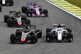 Marcus Ericsson, Sauber C37 and Romain Grosjean, Haas F1 Team VF-18 collide at the start of the race
