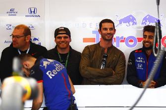 Connor Daly y Alexander Rossi pilotos de IndyCar en el garaje de Toro Rosso