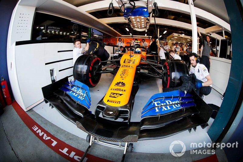 Lando Norris, McLaren MCL34, dans son stand