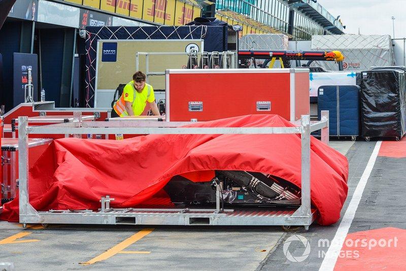 Ecco il telo che si è alzato per un colpo di vento mostrando i radiatori della Ferrari SF90