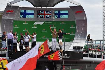 Nico Rosberg, sur le podium avec Will Buxton, FOM