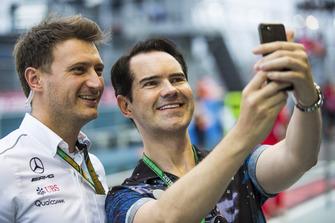 Un membro del team Mercedes posa per una foto con il comico Jimmy Carr