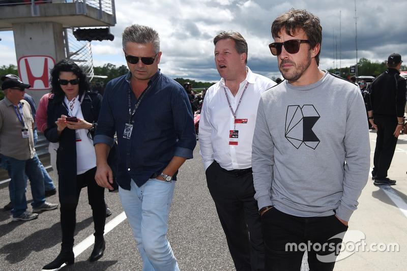 Gil de Ferran, Zak Brown, CEO McLaren CEO dan Fernando Alonso di grid