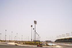Daniel Ricciardo, Red Bull Racing RB13, vor Nico Hülkenberg, Renault Sport F1 Team RS17