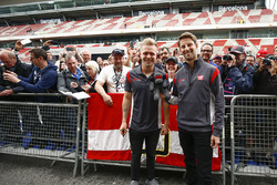 Kevin Magnussen, Haas F1 Team, Romain Grosjean, Haas F1 Team, meets some fans
