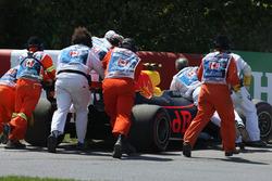 Oficiales con el auto de Max Verstappen, Red Bull Racing RB13.