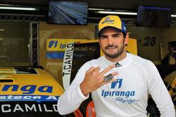 Thiago Camilo exibe anéis de vencedor da Corrida do Milhão