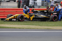 Marshals remove the retired Jolyon Palmer Renault Sport F1 Team RS17