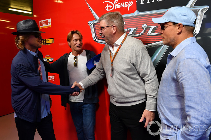 Ross Brawn, Formula One Director de Motorsports, , Woody Harrelson y Owen Wilson actores en el garaje de cars 3