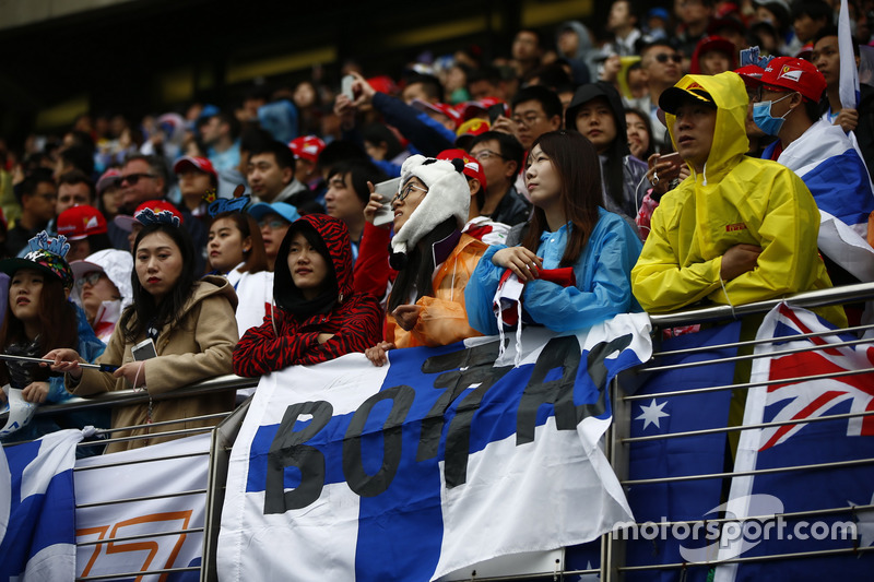 Fan von Valtteri Bottas, Mercedes AMG, mit Panda-Hut auf der Tribüne