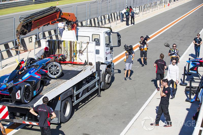 Гонщик Techeetah Андре Лоттерер осматривает повреждения автомобиля Джеймса Росситера, Venturi Formula E Team