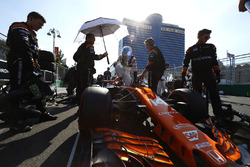 Fernando Alonso, McLaren, sale de su coche