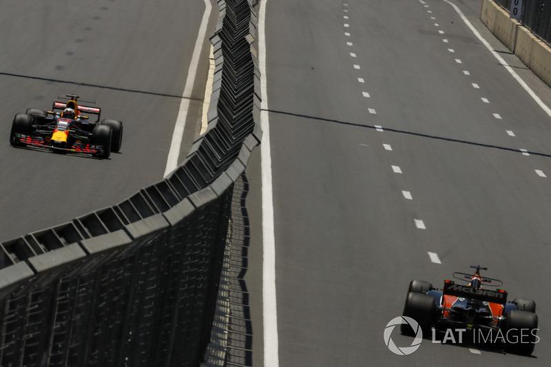 Daniel Ricciardo, Red Bull Racing RB13 und Fernando Alonso, McLaren MCL32