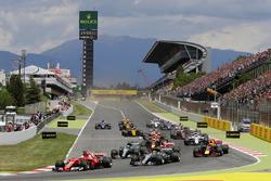 Sebastian Vettel, Ferrari SF70H; Lewis Hamilton, Mercedes AMG F1 W08, in der1. Kurve