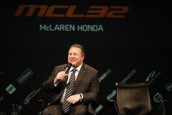 Zak Brown, Director Ejecutivo del grupo de tecnología de McLaren, es entrevistado en el escenario