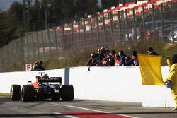 Les photographes prennent des photos de la McLaren MCL32 de Stoffel Vandoorne à la sortie des stands