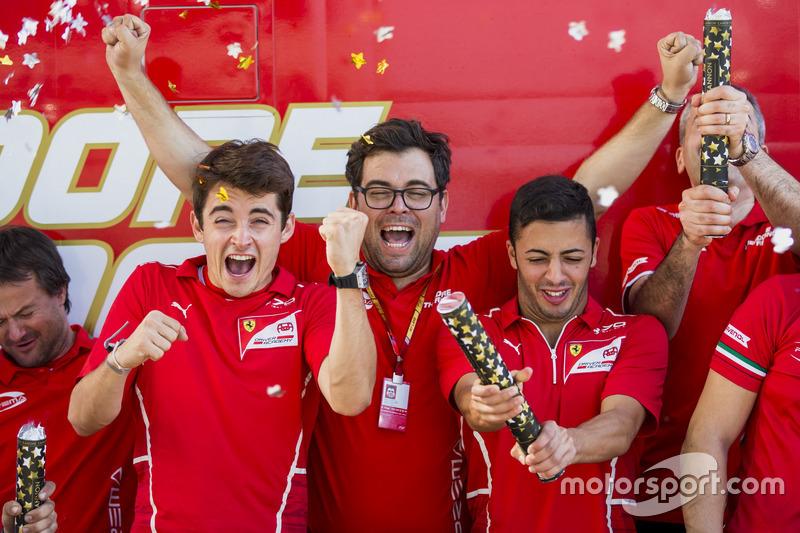 Charles Leclerc, PREMA Powerteam et Antonio Fuoco, PREMA Powerteam fêtent le titre avec leur équipe