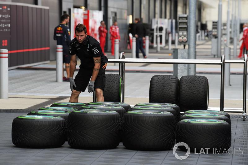 Механік Mercedes AMG F1 із шиною Pirelli