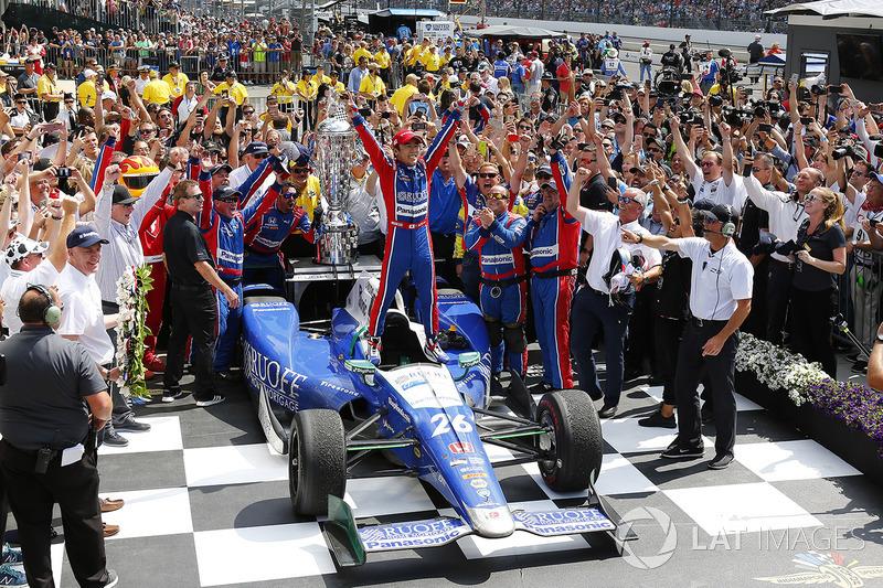 Takuma Sato, Andretti Autosport Honda celebrates in victory lane