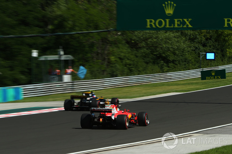 Джоліон Палмер, Renault Sport F1 Team RS17, Себастьян Феттель, Ferrari SF70-H та сині прапори