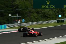Jolyon Palmer, Renault Sport F1 Team RS17, Sebastian Vettel, Ferrari SF70-H
