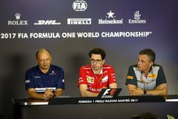 Frederic Vasseur, Sauber Takım Patronu, Mattia Binotto, Ferrari Teknik Şefi veMario Isola, Pirelli Spor Direktörü