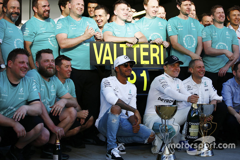 Lewis Hamilton, Mercedes AMG F1, Race winner Valtteri Bottas, Mercedes AMG F1, Tony Ross, Race Engineer, Mercedes AMG F1