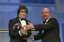 """فرناندو ألونسو يتلقى جائزة """"غريغور غرانت"""" من قبل نايجل رويبوك"""