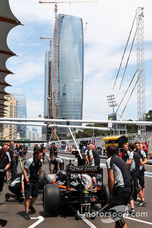 Nico Hulkenberg, Sahara Force India F1 VJM09 en pits