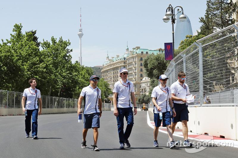 Феліпе Масса, Williams, прогулюється трасою з командою