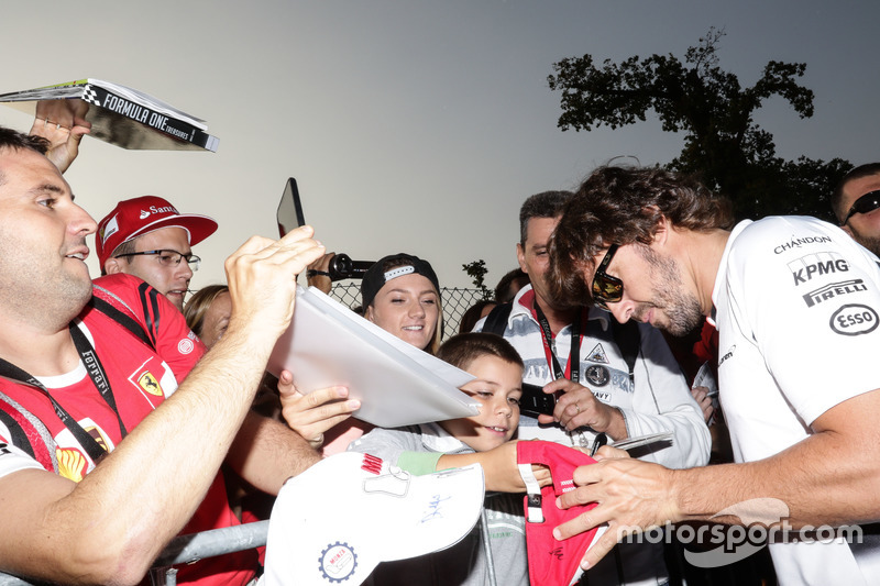 Fernando Alonso, McLaren imza dağıtıyor