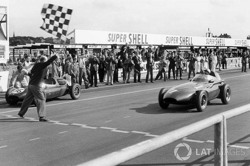 Yarış dışı kalan Tony Brooks, Stirling Moss, Vanwall'a aracını veriyor