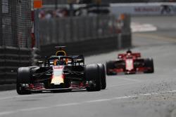 Daniel Ricciardo, Red Bull Racing RB14 devant Sebastian Vettel, Ferrari SF71H